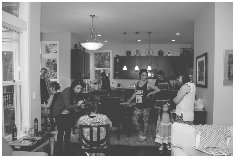 Bridal party hanging out and getting ready in the livingroom